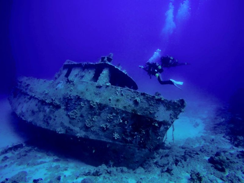Sakatia diver with wreck
